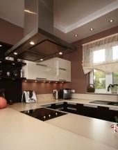 Projekty kuchni półotwartych połączonych z salonem lub jadalnią